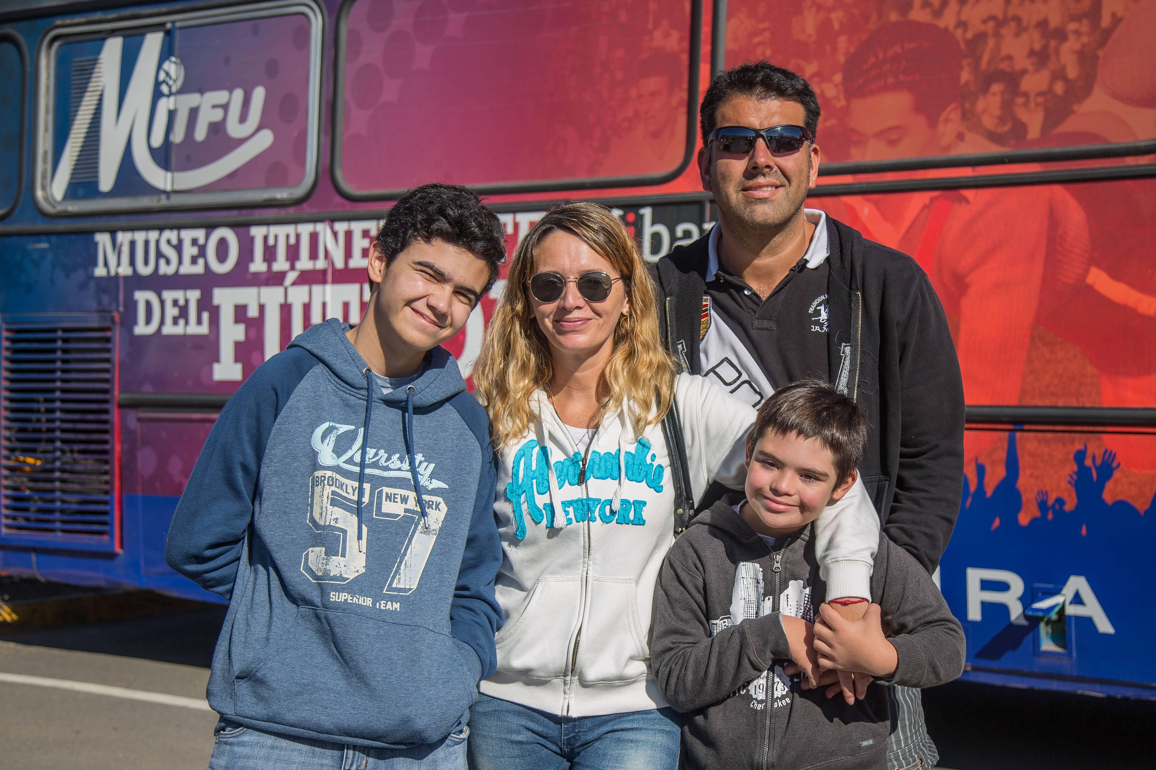 Foto 10 Jessica Arata y Carlos Tapia junto a Nicolás y Mateo